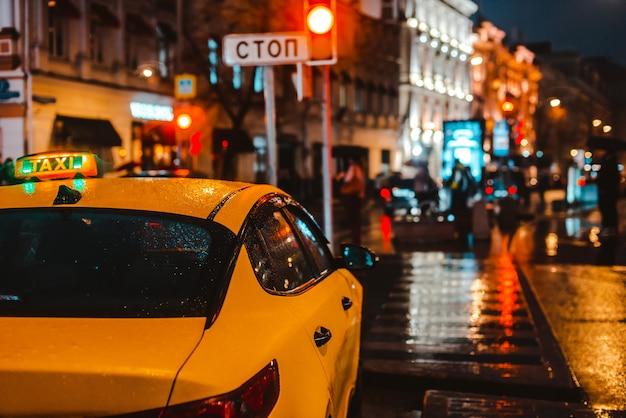 Straat 's nachts met verkeer