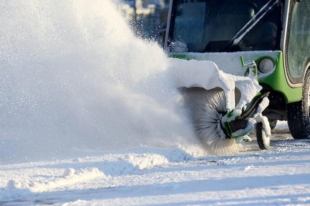 Straat schoonmaken van de stad van sneeuw met behulp van speciale machines