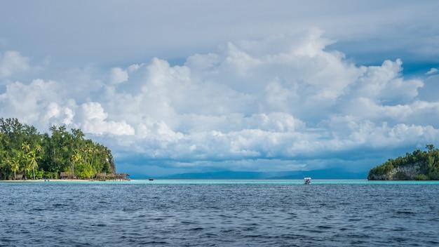 Straat tussen kri en het eiland monsuar. raja ampat, indonesië, west-papoea.