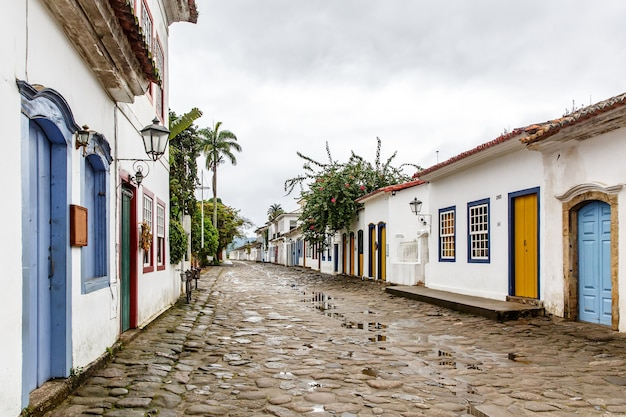 Straat van de braziliaanse koloniale stad paraty.