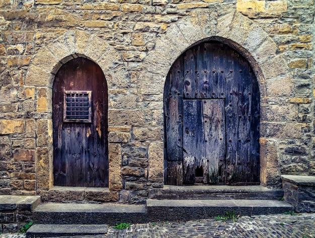 Straat van een oude middeleeuwse stad met stenen huizen en geplaveide vloeren, straatlantaarns en een sfeer van vervlogen tijden. ainsa, spanje.