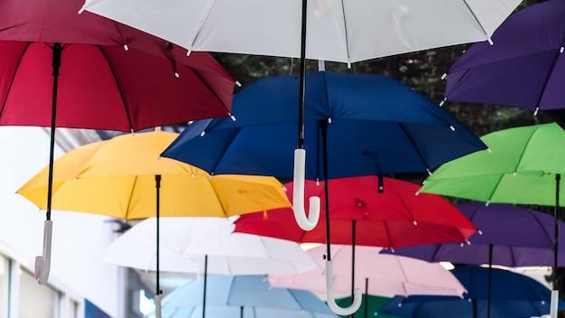 Straat versierd met gekleurde paraplu's. veel parasols kleuren de lucht in de stad
