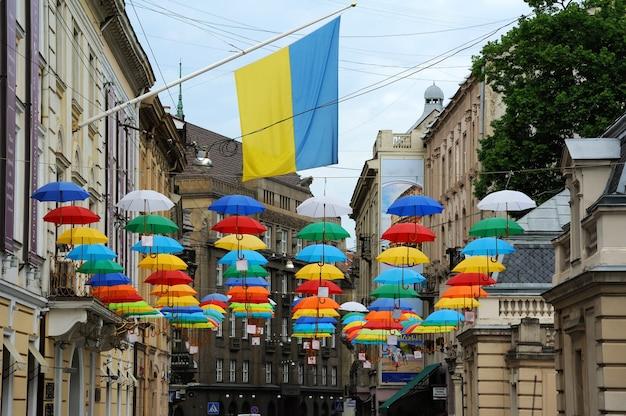 Straat versierd met gekleurde parasols.lviv oekraïne.