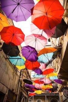 Straat vol met paraplu's
