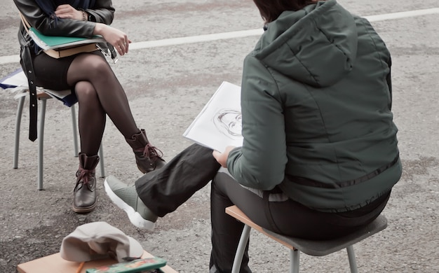 Straatartiest tekent een portret