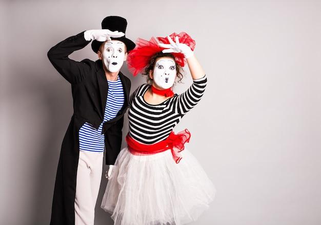 Straatartiesten presteren, twee mimespelers man en vrouw in april dwazen dag.