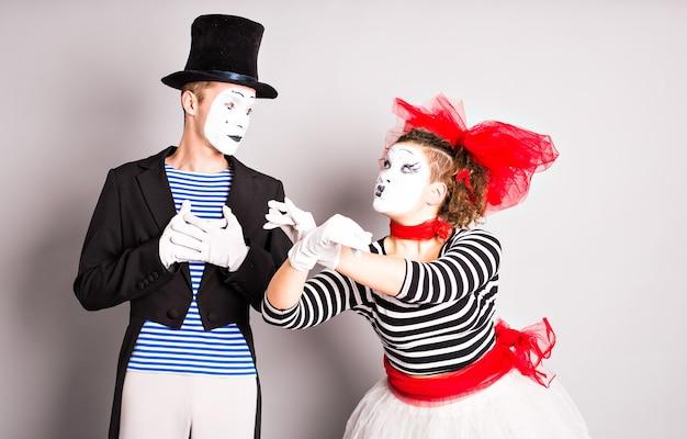 Straatartiesten voeren twee mimespelers uit, man en vrouw in april dwazen dag