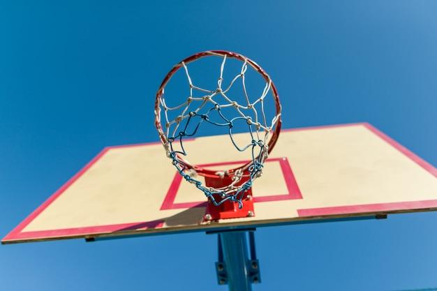 Straatbasketbal, close-upschild en ring voor basketbal.