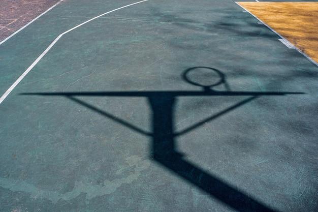 Straatbasketbalring schaduwen op het veld