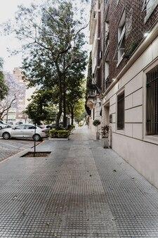 Straatbeeld met gebouw en geparkeerde auto's
