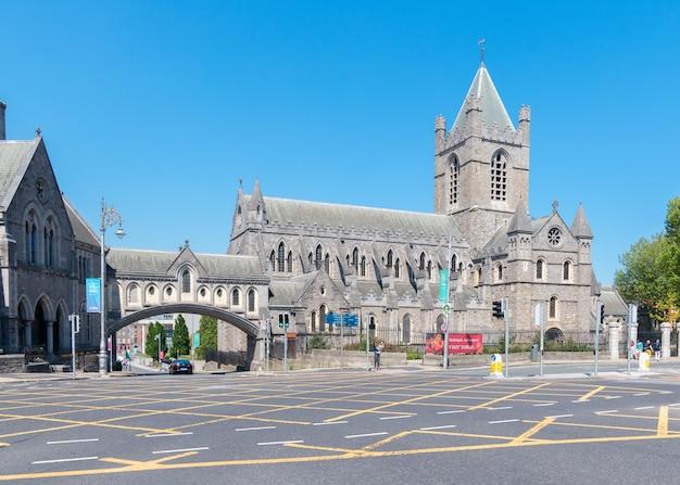 Straatbeeld met het beroemde dublinia museum en een deel van de christ church cathedral.