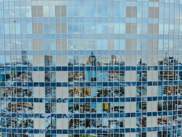 Straatbezinning over glasstaal de bouwvoorgevel