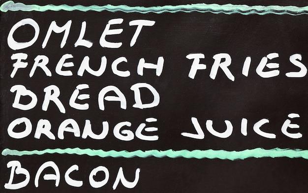 Straatcafé-ontbijtmenu geschreven met krijt op een schoolbord