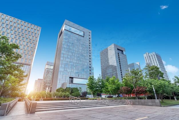 Straatlandschap, pleinen en hoge gebouwen, ningbo, china.