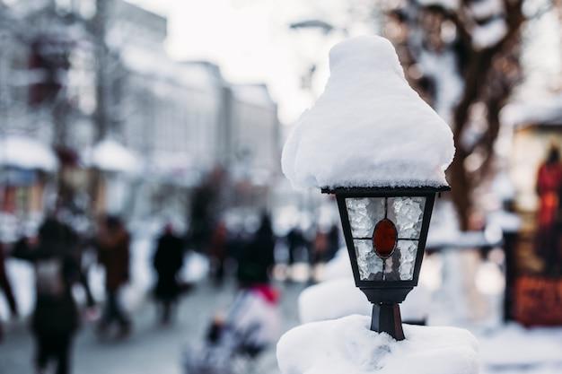 Straatlantaarn in de sneeuw.