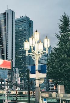 Straatlantaarn in de stad tegen wolkenkrabbers
