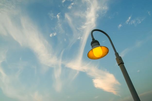 Straatlantaarn met bewolkte hemel