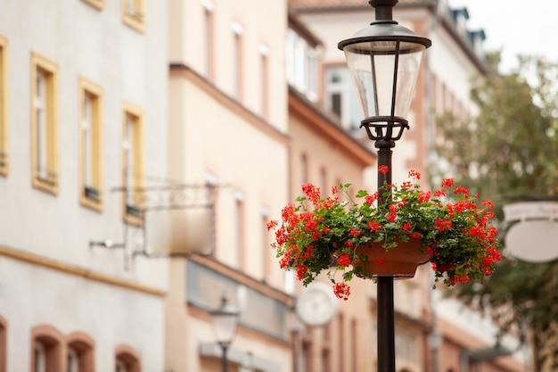 Straatlantaarn met bloemen in de straat