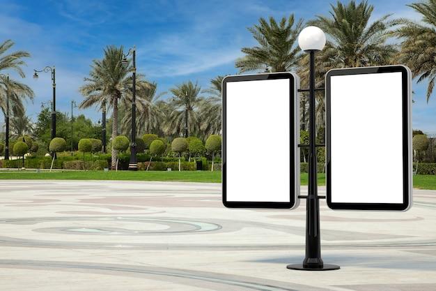 Straatlantaarn met lege banners als sjabloon voor uw ontwerp in lege stadsstraat met extreme close-up van palmbomen. 3d-rendering