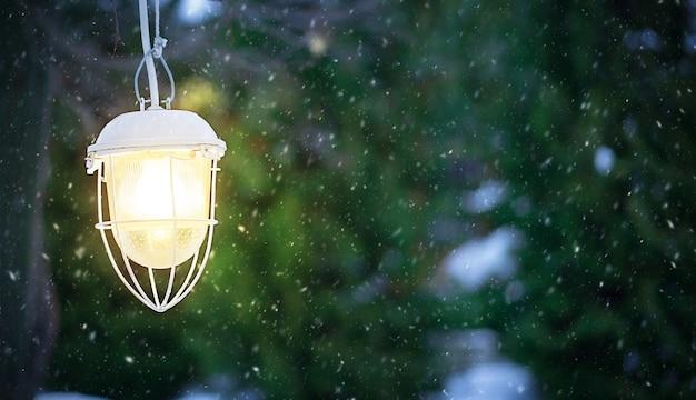 Straatlantaarn schijnt fel sneeuw valt
