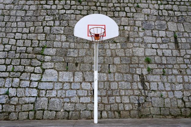 Straatmand, basketbalveld