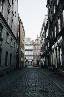Straatmening met gebouwen in de oude binnenstad van gdansk, polen. architectuur van oost-europa.