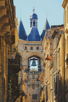 Straatmening van de oude stad in bordeaux, frankrijk, typische gebouwen uit de regio, onderdeel van de unesco-werelderfgoed