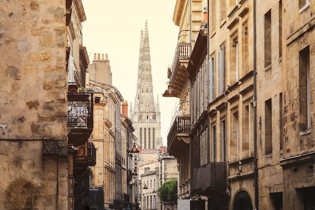 Straatmening van oude stad in de stad van bordeaux, frankrijk europa