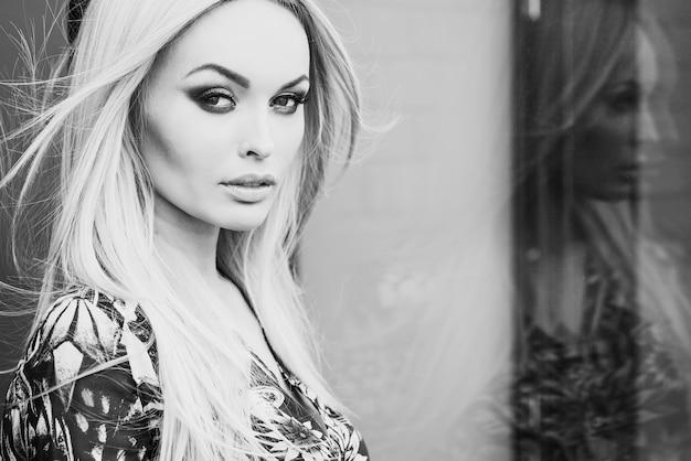 Straatmode. sensuele vrouw met blond haar, schoonheid.