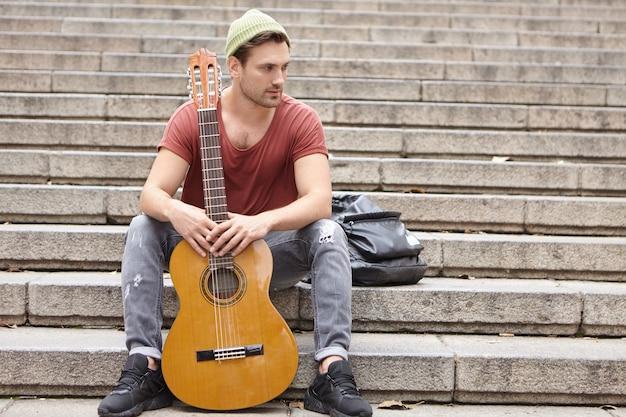 Straatmuzikant en zijn gitaar