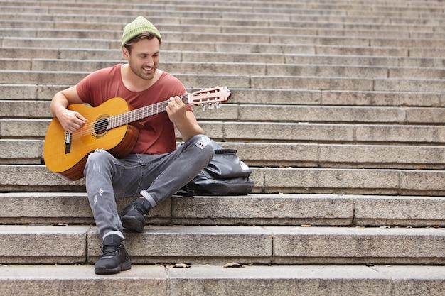 Straatmuzikant gitaarspelen
