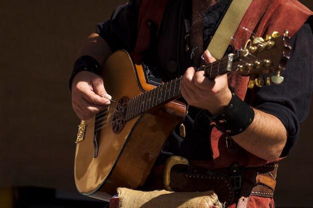 Straatmuzikant speelt