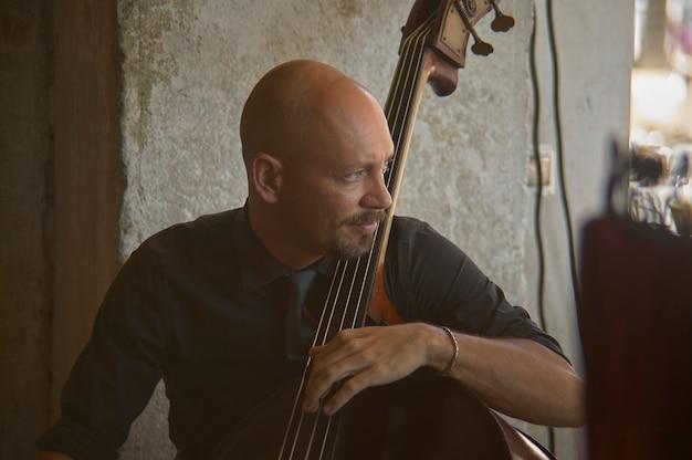 Straatmuzikant uit venetië bespeelt zijn instrumenten met happy