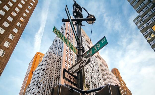 Straatnaamborden van broadway en west 39st in manhattan, new york city