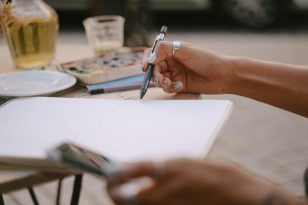 Straatportretkunstenaar schetst een afbeelding op straat