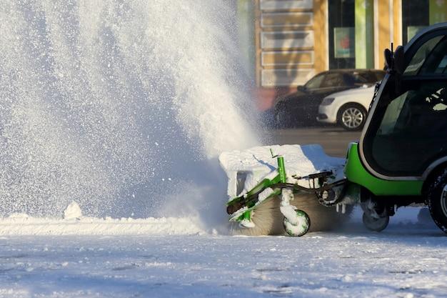 Straatreiniging van de stad van sneeuw met behulp van speciale machines