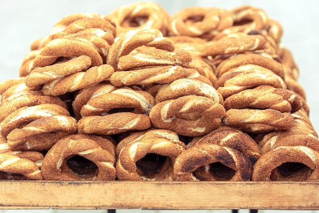 Straatteller met traditioneel turks brood simit.