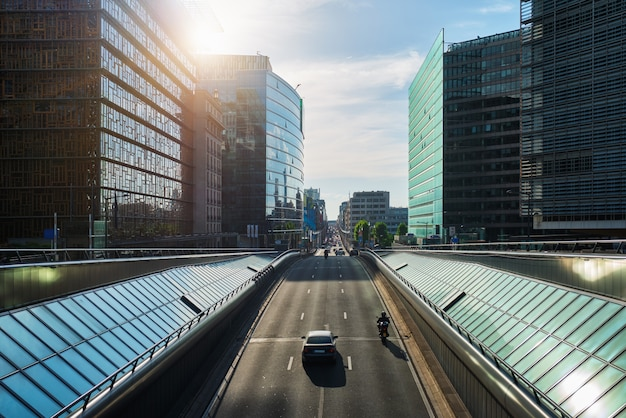 Straatverkeer in brussel dichtbij de europese commissie die op zonsondergang voortbouwt. wetstraat, brussel, belgië