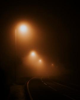 Straatverlichting op een lege weg