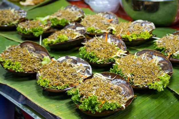 Straatvoedselmarkt in azië. een toonbank met een ongewone salade?