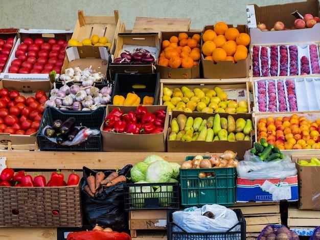Straatvoedselwinkel met groenten en fruit
