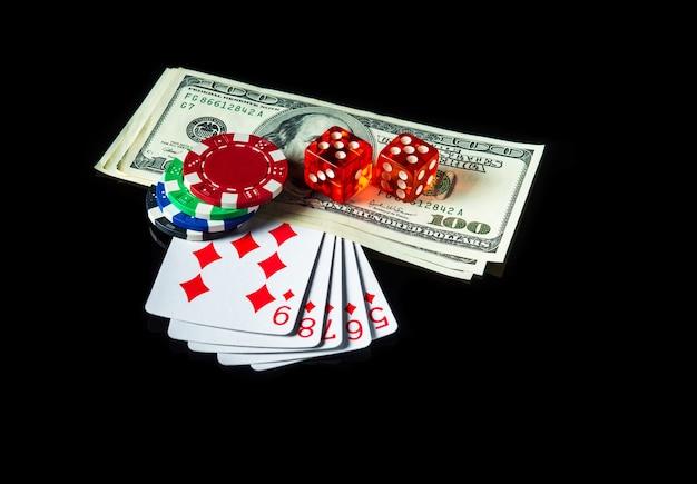 Straight flush kaarten en dollars met chips en dobbelstenen op de achtergrond. winnende combinatie bij een pokerclub of casino