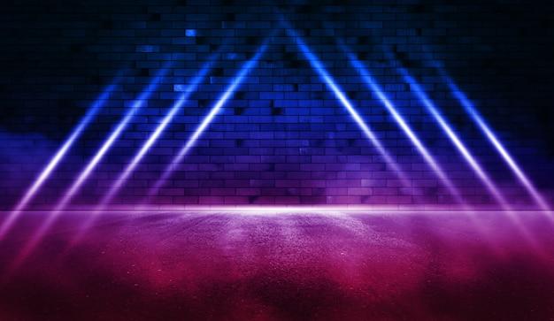 Stralen neonlicht op neon bakstenen muur met nat asfalt