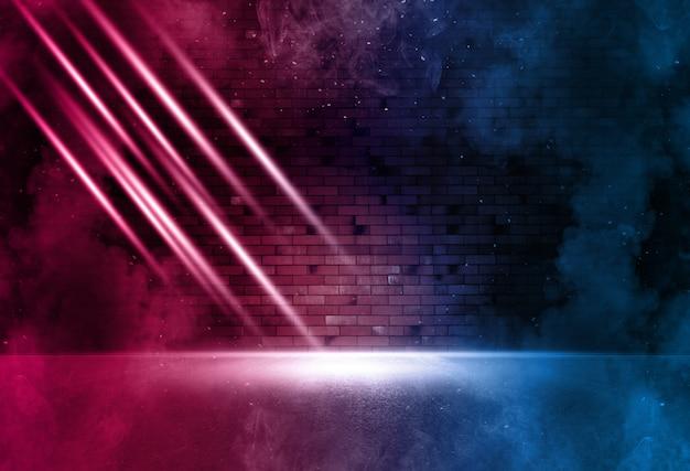 Stralen neonlicht op neon bakstenen muur met rook