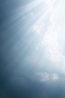 Stralen van licht komen door de donkere wolken voor de regen