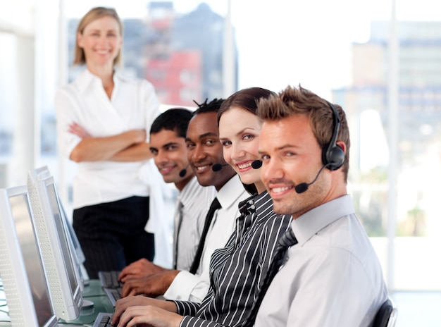 Stralend team in een call centre
