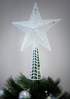 Stralende ster op de bovenkant van de kerstboom