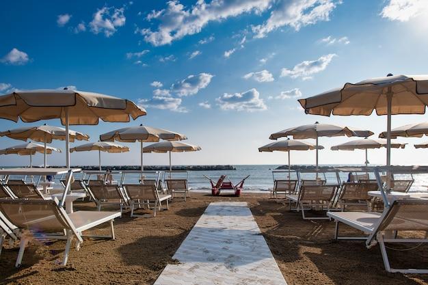 Strand aan de adriatische kust van italië in italië