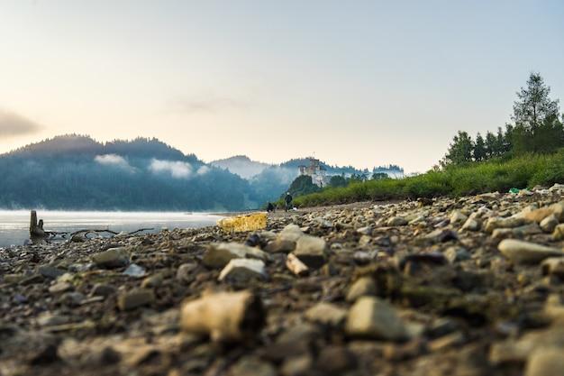 Strand aan het czorsztyn-meer