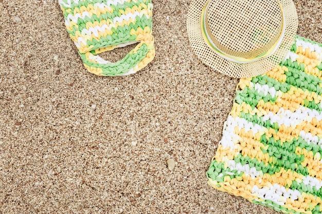 Strand accessoires op zandstrand. zomervakantie. kopieer ruimte.